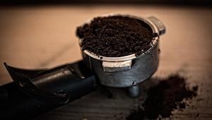 Po wypiciu kawy wyrzucacie resztki do śmieci? Po przeczytaniu tego artykułu prze