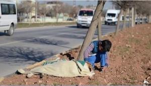 Samochody przejeżdżały obok chłopca i nikt nie rozumiał, dlaczego wciąż tam sied