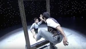 Mężczyzna podchodzi do lustra, a po chwili jego występ z chłopcem zaparł wszystk