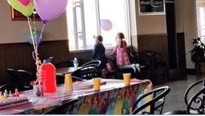 Na urodzinach jej siostry zjawiła się tylko jedna koleżanka... Te zdjęcia mówią