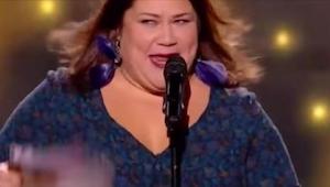 33 latka nerwowo się uśmiecha, jednak gdy zaczyna śpiewać nie możemy uwierzyć w