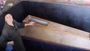 Od 22 lat ta matka trzyma ciało zmarłego syna w piwnicy. Każdego dnia otwiera je