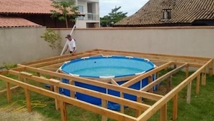 Zobaczcie jak ten mężczyzna samodzielnie zbudował basen, którego nie powstydziłb