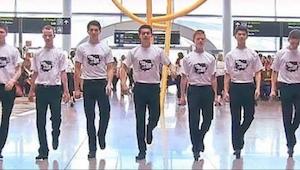 Pasażerowie na lotnisku w Dublinie zaszokowani gdy grupa 60 osób nagle zaczęła r