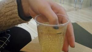 Kobieta macza umalowane paznokcie w swoim drinku. Kiedy kolor lakieru się zmieni