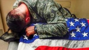 Ten żołnierz nie mógł powstrzymać łez kiedy jego towarzysze zaskoczyli go u wete