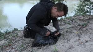 Mężczyzna wyciągnął czarny worek z rzeki, w środku był szczeniak. Obejrzyj ten w