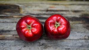 Kobieta poprosiła córkę o podzielenie się jabłkiem, to co powiedziała jej córka