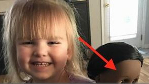 Kasjerka zobaczyła lalkę, jaką wybrała sobie dziewczynka i powiedziała jej, żeby