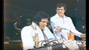 Ostatnia piosenka Elvisa wykonana na żywo każdego doprowadzi do łez...