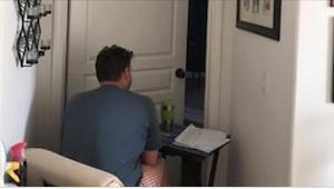 Jego żona nie mogła wychodzić ze swojej sypialni. Kiedy córka zobaczyła go pod d