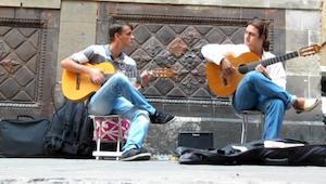 Kiedy dwóch mężczyzn zaczęło grać na gitarze nie spodziewałam się, że po kilku s