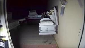 Mężczyźni zakradli się z kamerą do opuszczonego domu pogrzebowego. To co okryli