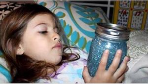 Każde dziecko powinno mieć w swoim pokoju słoik wypełniony brokatem. Nie zgadnie