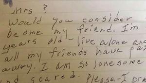 90 latka wsunęła liścik pod drzwi sąsiadki. To co napisała doprowadza do łez..