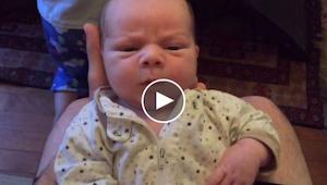 Tata nagrywa jak jego syn robi zabawne miny, wtedy malec robi coś przez co nie m