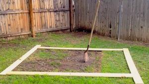 Położył na ziemi cztery deski i zaczął je zbijać, nie uwierzycie co zbudował!