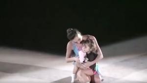 Na scenie pojawiła się mama z malutką córeczką. Ich występ jest świetny!