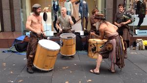 Zobacz ten uliczny występ potężnego szkockiego zespołu. No coś wspaniałego!