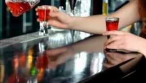 Kiedy młoda kobieta zamawia drinka, barman od razu wie, że jest ona w niebezpiec
