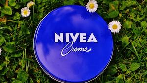 Wielu ludzi codziennie smaruje buzię kremem Nivea nie znając tych właściwości.