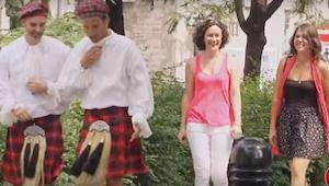 Kobiety idą chodnikiem za dwoma mężczyznami w kiltach. To co się dzieje po chwil