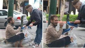 Młody mężczyzna zbliża się do bezdomnego z reklamówką w ręce. To, co potem zrobi