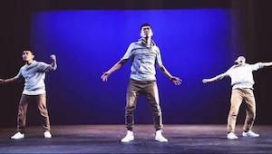 Trzech mężczyzn zaczyna tańczyć, po paru sekundach nie mogę wyjść z podziwu nad