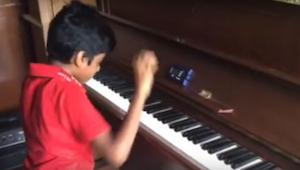 Ten chłopiec ma dopiero 9 lat i gry na pianinie uczy się od zaledwie roku. Zobac