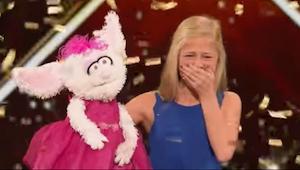 Młodziutka blondynka wkłada rękę do lalki - to co robi po chwili sprawia, że cał