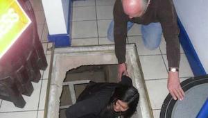 Zmieniając podłogę znaleźli tajne przejście do piwnicy - to co odkryli w środku