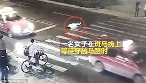Po wypadku przechodnie patrzyli jak rozjeżdżają ją kolejne auta... SZOK!