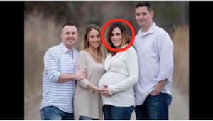 Ciężarna kobieta pozuje do zdjęcia ze swoim mężem i przyjaciółmi, ale prawdziwy