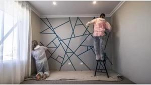 Pokryły ścianę fragmentami taśmy klejącej. Kiedy skończą malować, rezultat zachw
