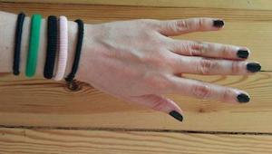 Założyła 5 gumek do włosów na lewy nadgarstek. Ta sztuczka zmieniła jej życie!