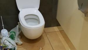 Nie spodziewał się zobaczyć czegoś takiego w publicznej toalecie! Szok!