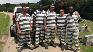 6 więźniów zauważyło, że pilnujący ich strażnik stracił przytomność. To co stało