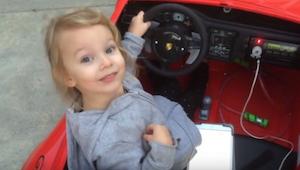 Słodka 5-latka wsiada do swojego samochodu na akumulator. Po chwili z wrażenia b
