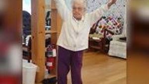 101-letnia babcia usłyszała piosenkę Elvisa. Nie mogła oprzeć się pokusie i rusz