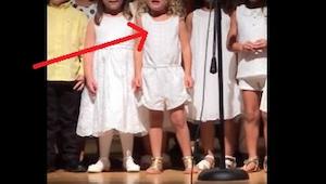 Nie spuszczaj oka ze środkowej dziewczynki, kiedy przedszkolaki zaczną śpiewać j