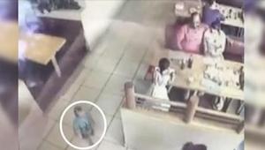 Jedli obiad w restauracji, a ich synek bawił się tuż obok. Gdyby nie podniósł gł
