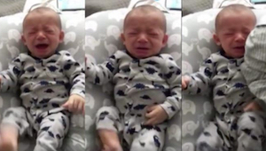 Noworodek nie chce przestać płakać, wtedy jego tata daje mu do przytulenia brudn