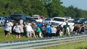 Zobaczyła wypadek na autostradzie i ludzi biegnących w stronę samochodu. To co z