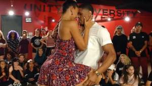 Para wykonuje zachwycający taniec przed grupą uczniów. To co mężczyzna robi w 50