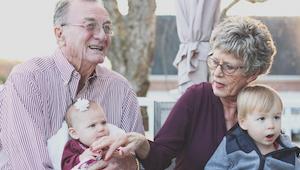Naukowcy odkryli, że babcie które zajmują się wnukami mają mniejsze ryzyko demen
