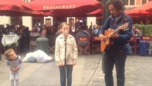 Ojciec nalega, żeby uliczny muzyk zagrał z jego córką. Kiedy dziewczynka zaczyna