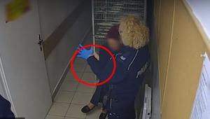Policjantka zakłada lateksową rękawiczkę, a to co robi później zaszokowało społe
