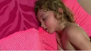 Myślała, że jej córeczka smacznie śpi, ale kiedy próbuje ją obudzić już wie, że