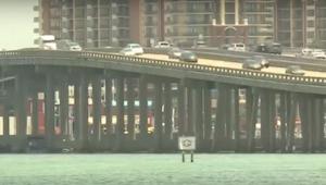 Kapitan statku był pewien, że ktoś zrzuca z mostu śmieci. Kiedy przyjrzał się bl