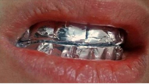 Nałóż folię aluminiową na zęby i odczekaj godzinę. Efekt zaskoczy Cię!